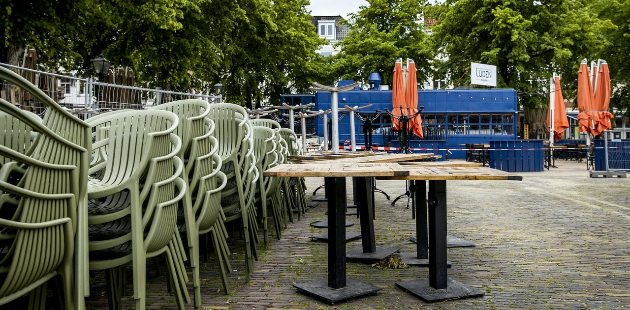 Het terras van een cafe aan het Plein.