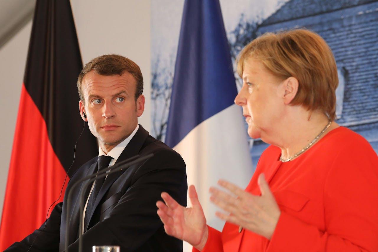 Emmanuel Macron (L) en Angela Merkel tijdens de persconferentie vanmiddag.