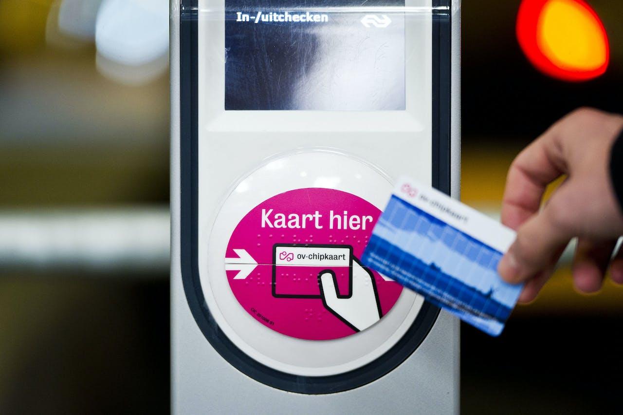 Een kaartlezer voor de ov-chipknip op een NS-station.