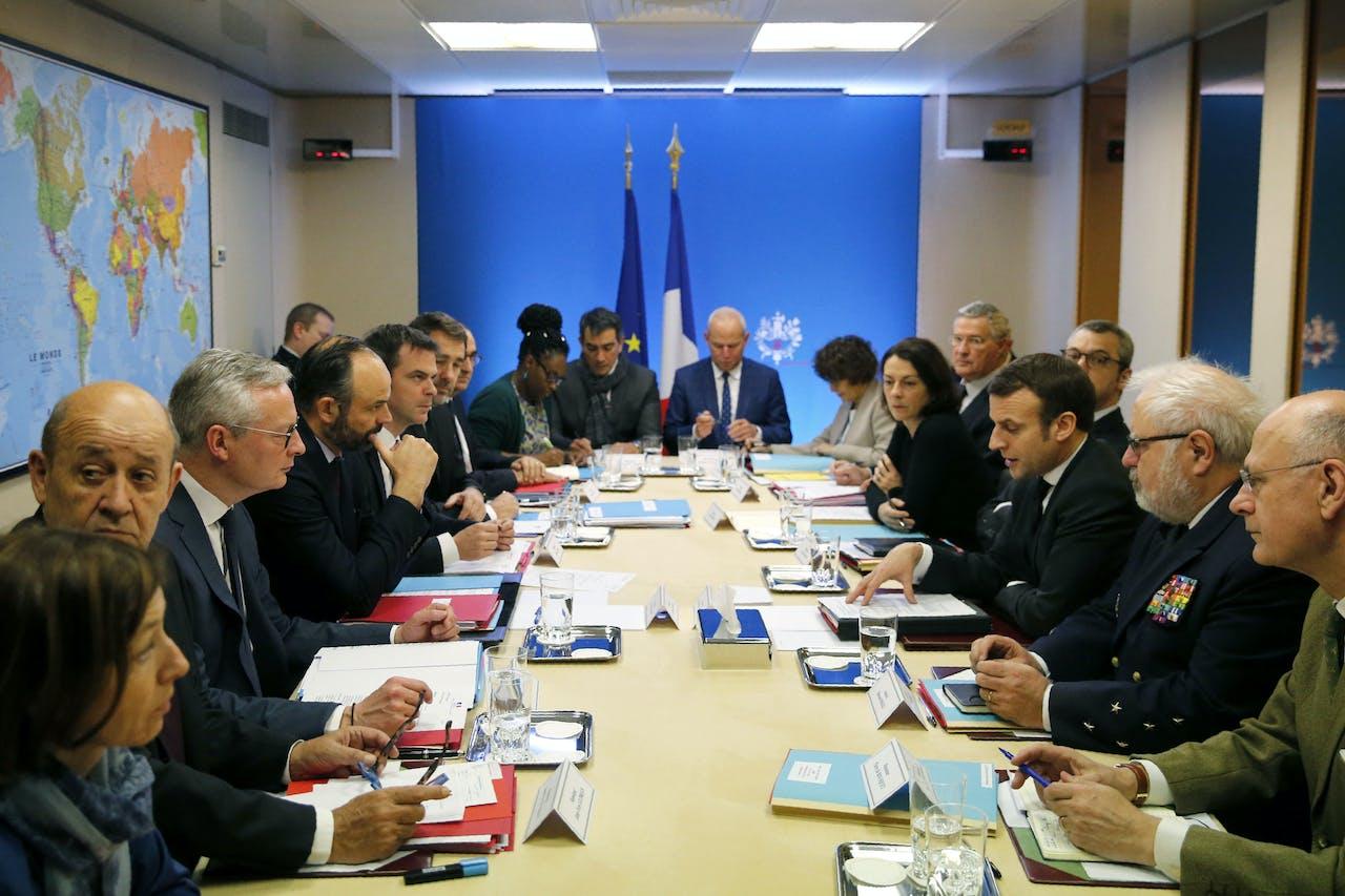 President Macron, ministers en topfunctionarissen bespreken de aanpak van het nieuwe coronavirus