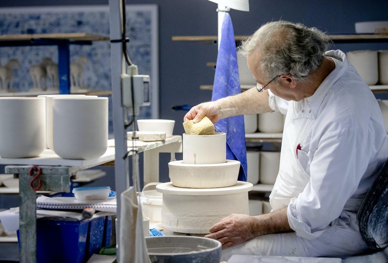 De productie van Delfts Blauw porselein bij Royal Delft