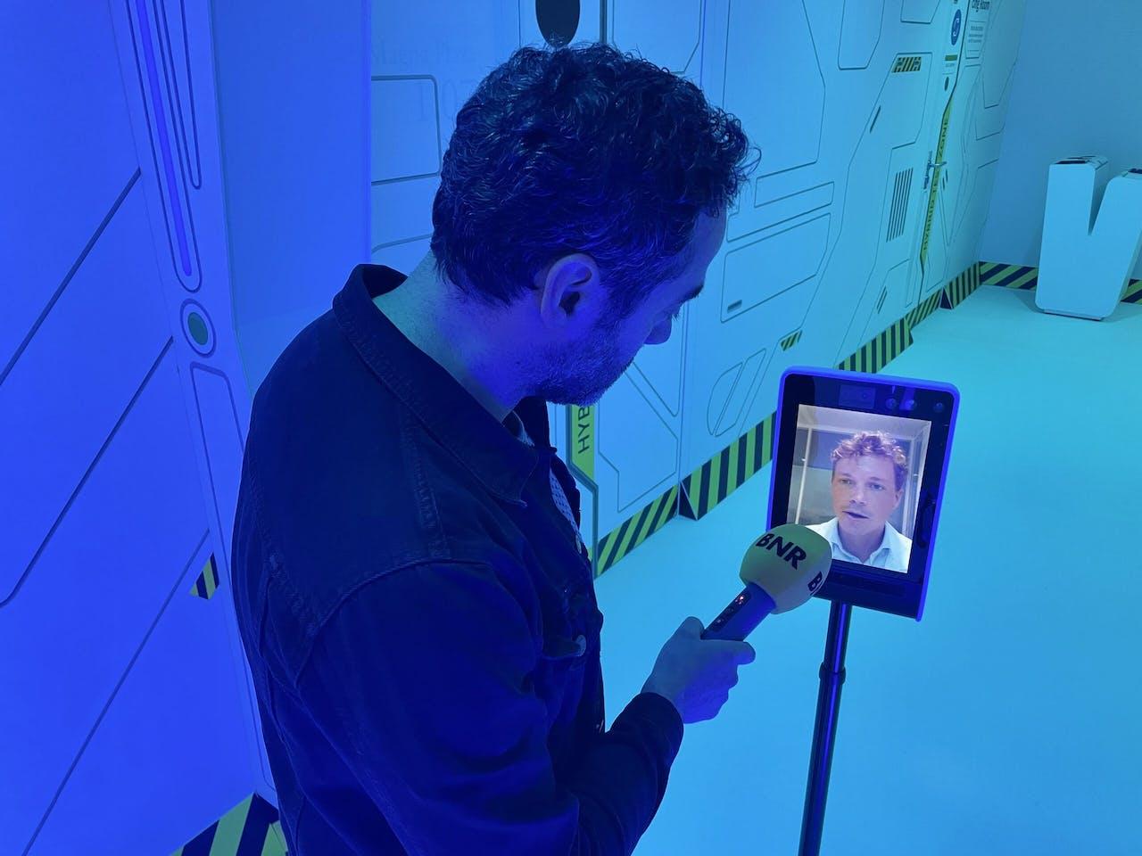 Jigal Krant interviewt Bastiaan Evers van Deloitte via de tele-robot.