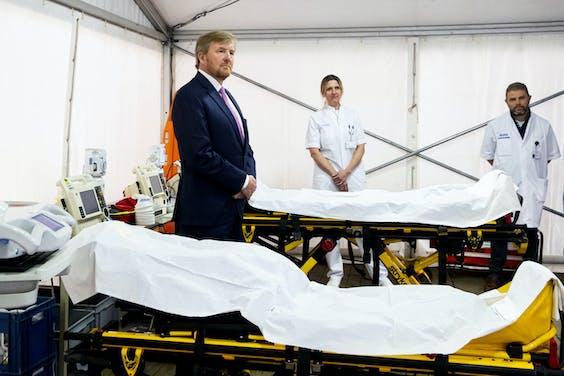 Koning Willem-Alexander bezocht vrijdag het Isala ziekenhuis in Zwolle. De koning laat zich informeren over de opvang en behandeling van patienten die besmet zijn met het coronavirus.