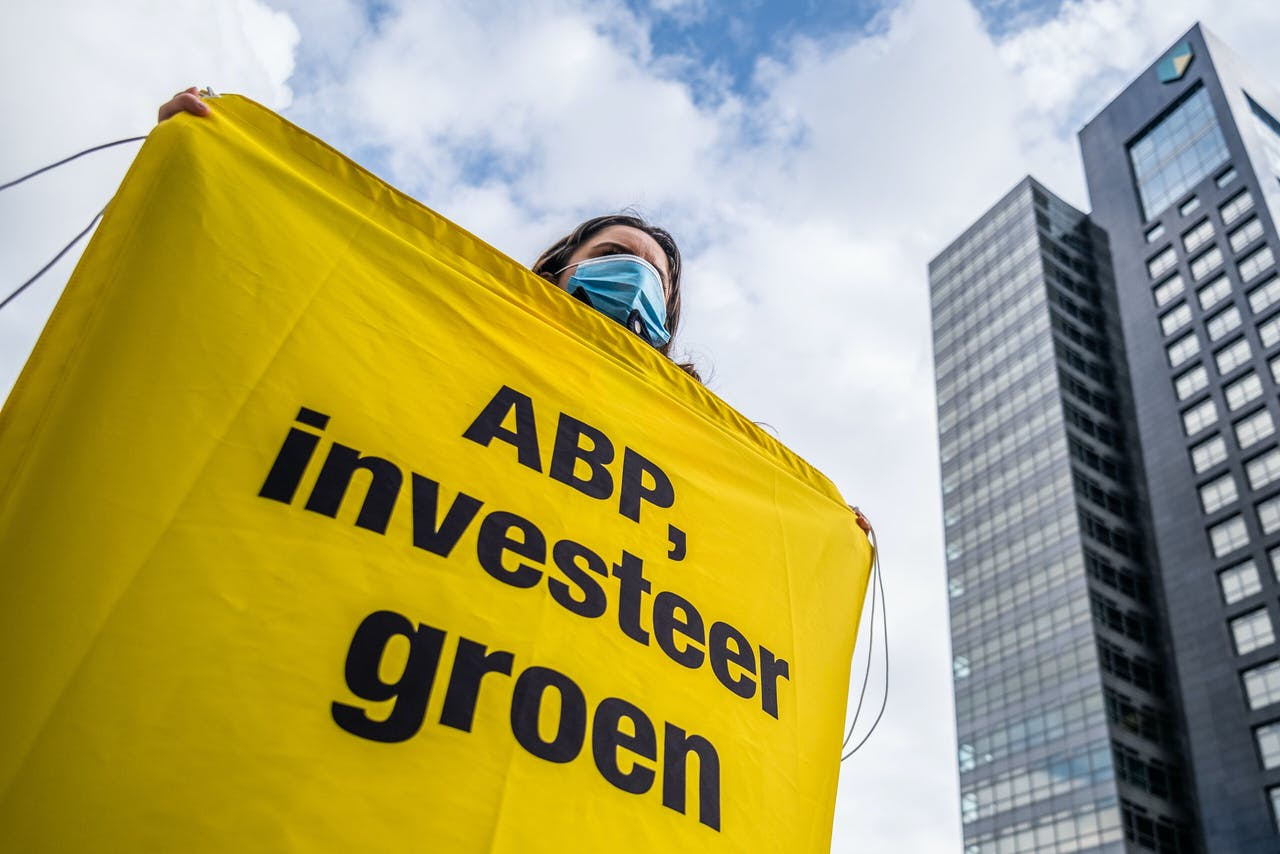 Greenpeace, Extinction Rebellion, Fossielvrij NL en andere klimaatgroepen voeren vandaag actie om ABP op te roepen om investeringen in Shell terug te trekken