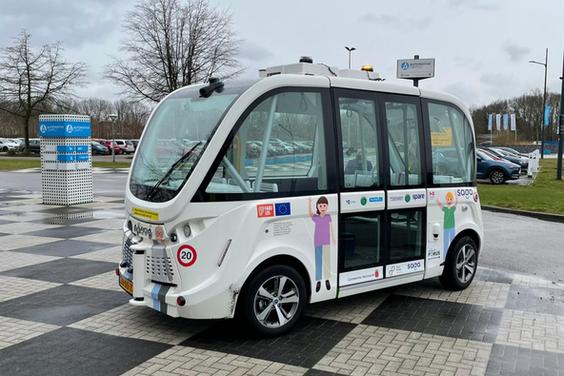 Dit zelfrijdend minibusje rijdt in Helmond op de openbare weg