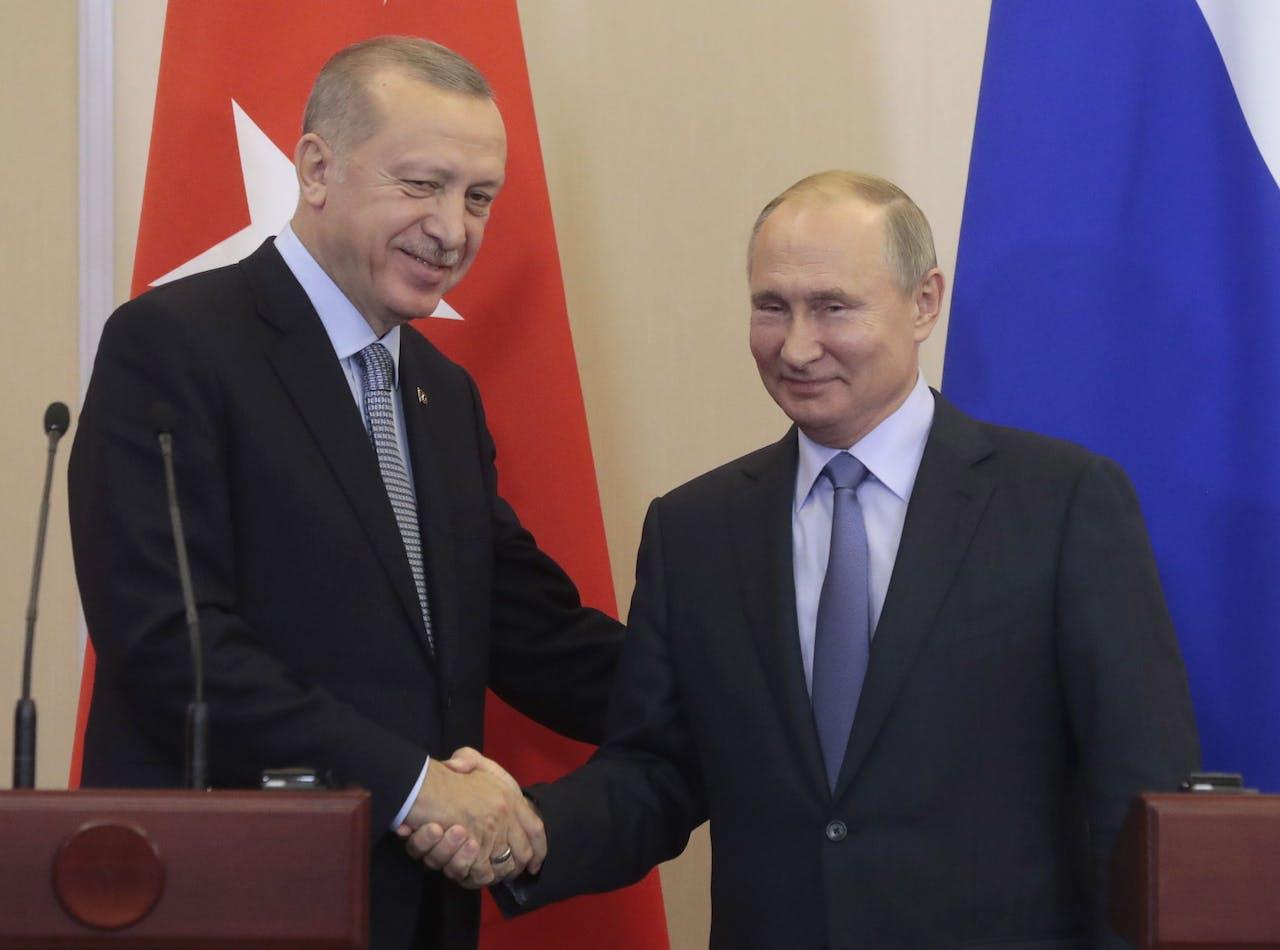 De Russische president Vladimir Poetin (R) schudt de hand van de Turkse president Recep Tayyip Erdogan (L) na de gezamenlijke persconferentie in een resort aan de Zwarte Zee van Sochi, Rusland op 22 oktober 2019. De Turkse president is op ambtsbezoek in Rusland.