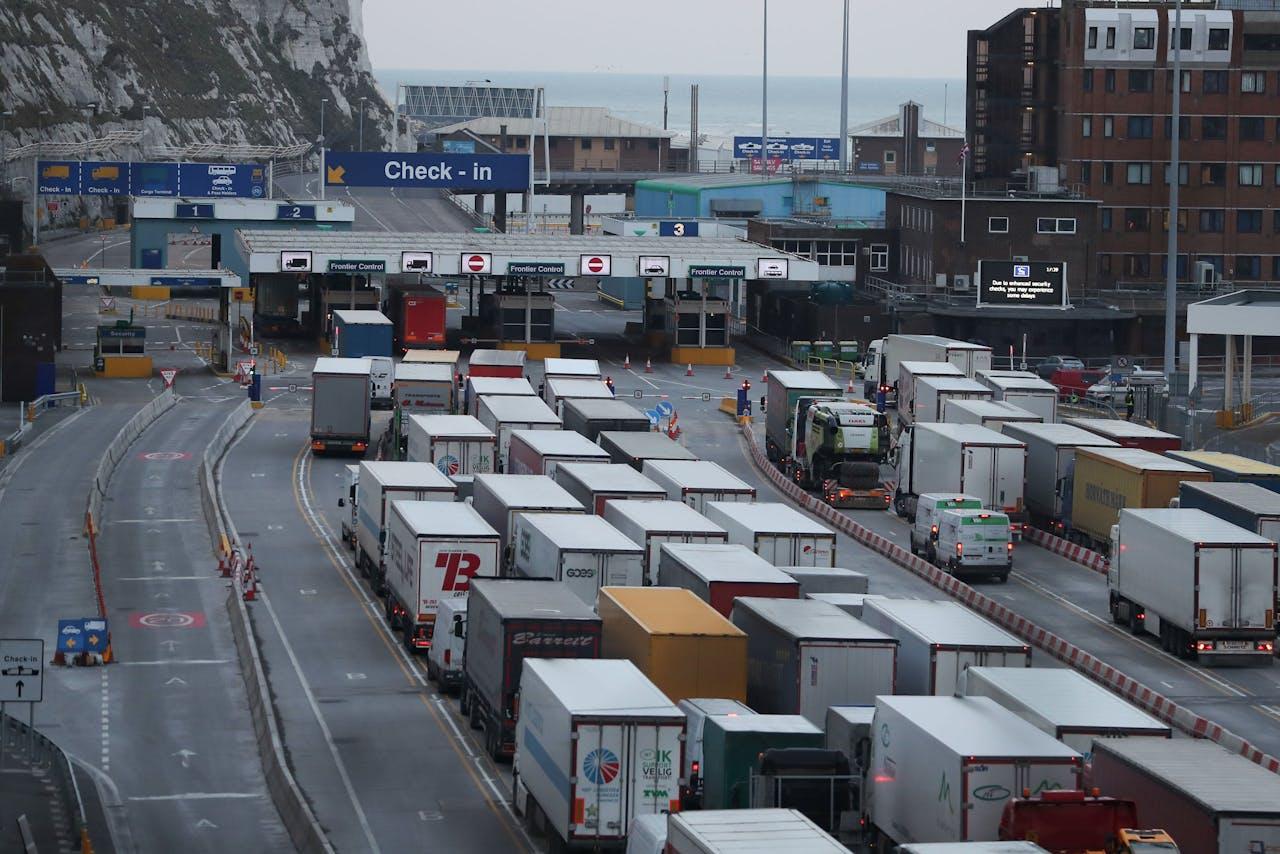 Vrachtwagens in de rij bij Dover.
