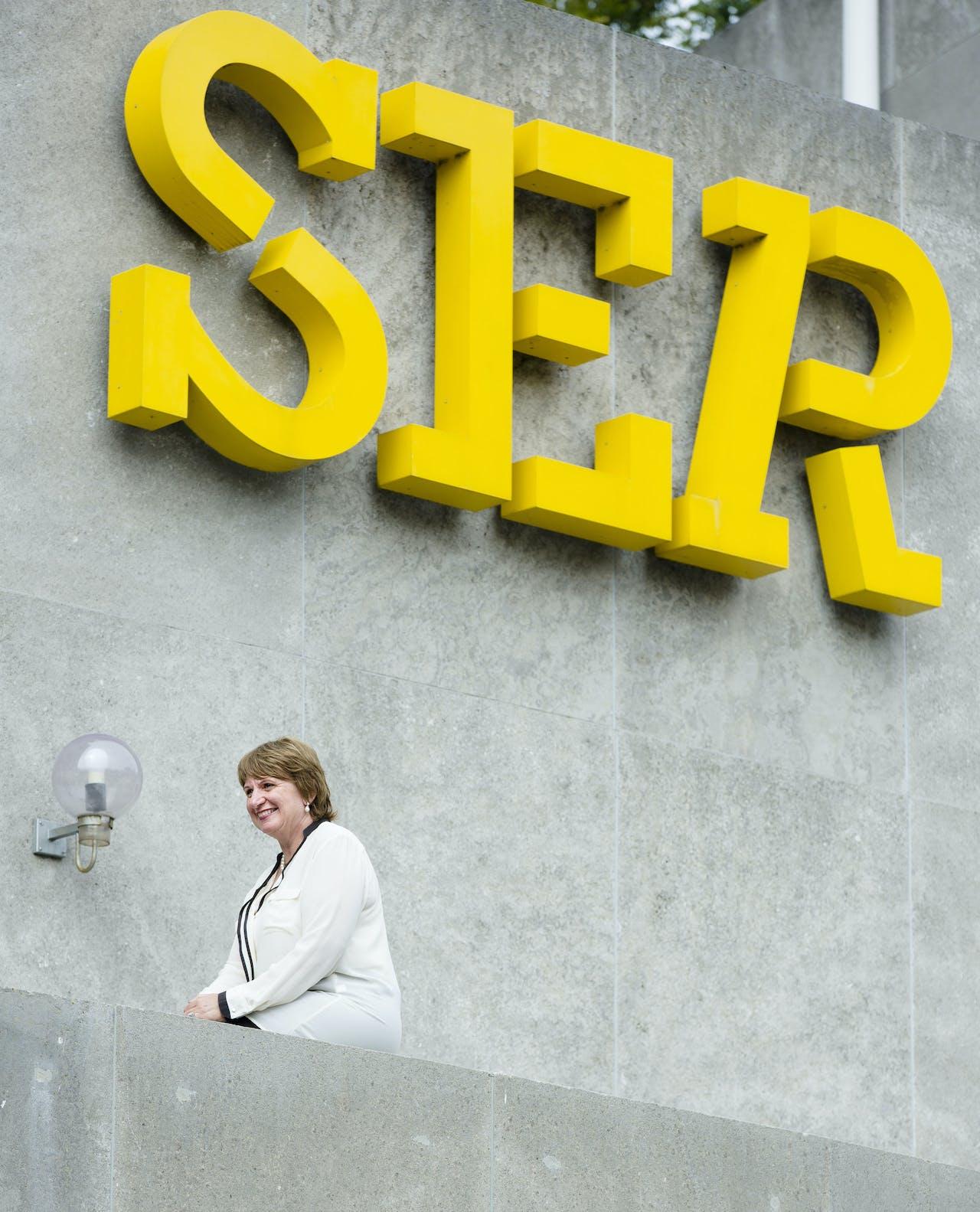 DEN HAAG - SER-voorzitter Mariette Hamer poseert voor een fotograaf bij het logo van de SER. ANP BART MAATDEN HAAG