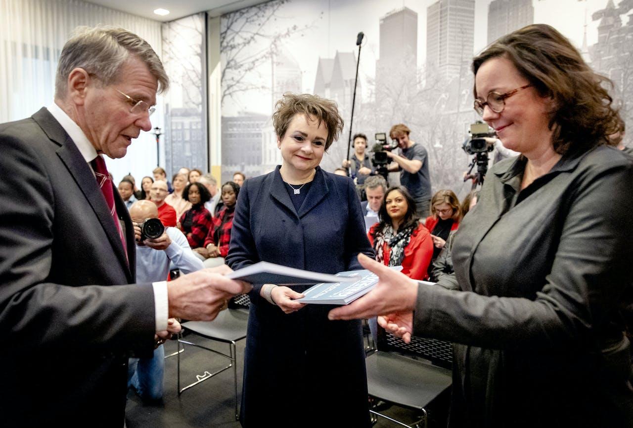 Voorzitter Piet Hein Donner overhandigt tijdens een persconferentie het eindrapport van de adviescommissie uitvoering toeslagen aan staatssecretarissen Alexandra van Huffelen (Financiën) en Tamara van Ark (Sociale Zaken en Werkgelegenheid)