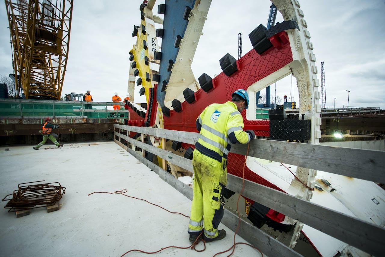 De boor in Mondriaankleuren van de tunnelboormachine voor de Victory Boogie Woogietunnel, onderdeel van de Rotterdamsebaan, komt aan op bouwlocatie aan de rand van Rijswijk.