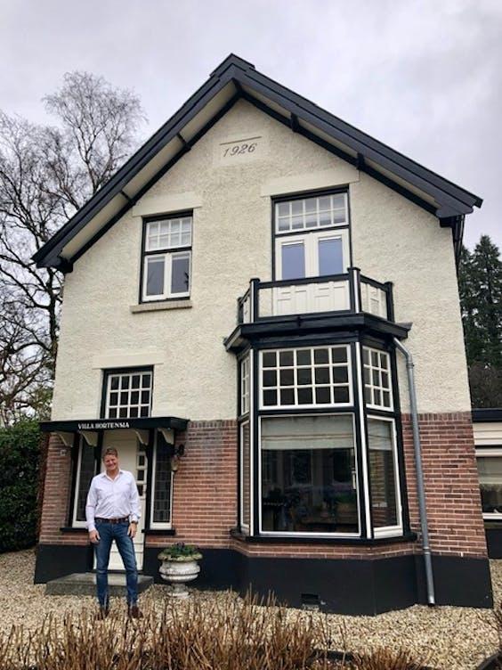 Bert van Dam voor zijn Villa Hortensia