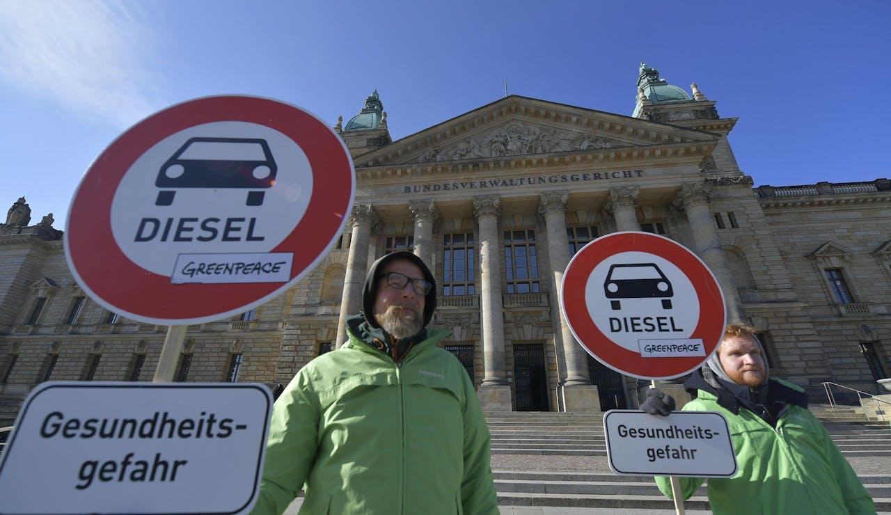Demonstranten voor de rechtbank in Leipzig.