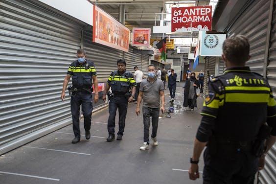 Handhavers van de gemeente Beverwijk en de politie zijn zondagavond om 18 uur gestart met het leeghalen van een aantal hallen van de Bazaar in Beverwijk.