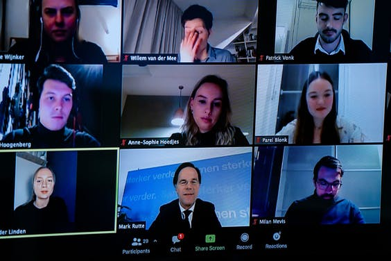 Demissionair premier Mark Rutte tijdens een online gesprek met studenten
