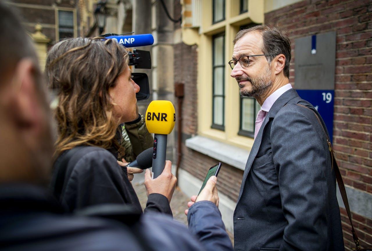 Eric Wiebes, minister van Economische Zaken en Klimaat, komt aan op het Binnenhof voor de wekelijke ministerraad.