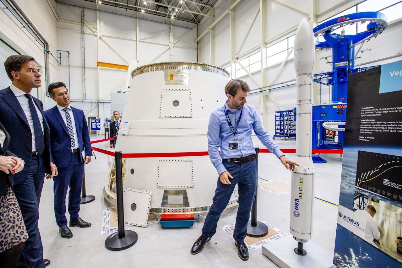 Premier Mark Rutte tijdens de opening van de nieuwe productiefaciliteit van Airbus Nederland. Airbus gaat in de nieuwe faciliteit motorframes voor de Ariane 6 draagraket ontwikkelen.