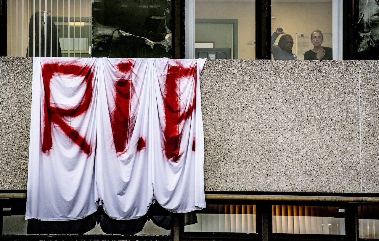 AMSTERDAM - Patienten verlaten het MC Slotervaart.Het ziekenhuis moet 50 patiënten herplaatsen naar andere ziekenhuizen nadat het eerder failliet verklaard is. ANP ROBIN UTRECHT