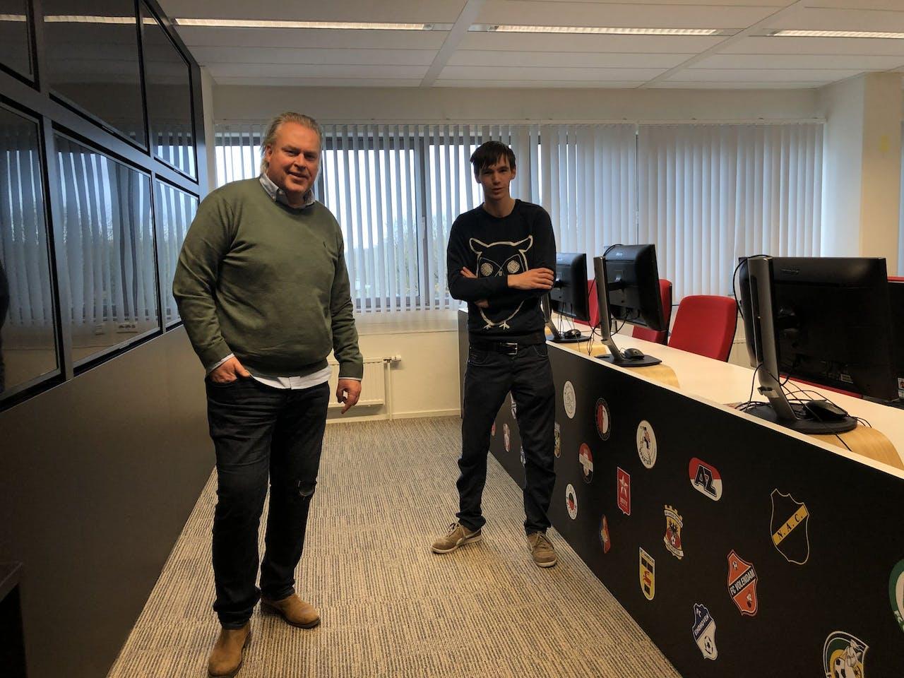 Hoofdredacteuren Peter Wekking (links) en Pieter Zwart (rechts) voor lege tv-schermen op het kantoor van VI.