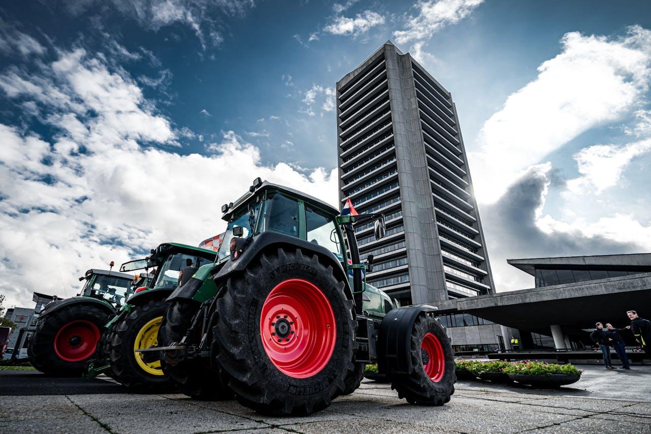 Brabantse boeren arriveren bij het provinciehuis om actie te voeren tegen de strenge stikstofregels.