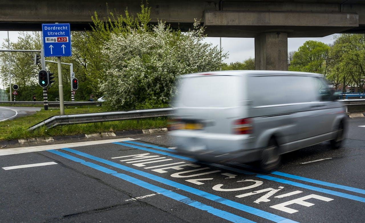 ROTTERDAM - Op het wegdek wordt in tekst het begin van de milieuzone weergegeven. In dit afgebakende gebied mogen alleen auto's rijden die aan bepaalde uitstooteisen voldoen. ANP LEX VAN LIESHOUT