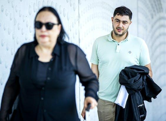 Advocaten Inez Weski en Yassine Bouchikhi arriveren bij de extra beveiligde rechtbank op Schiphol voor een zitting in het grote liquidatieproces Marengo.