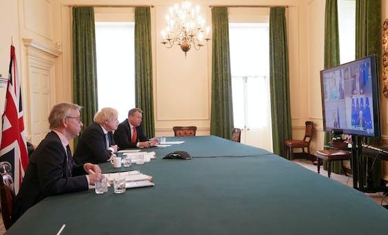 Boris Johnson videoconferencet zich en weg door de Brexit-brij