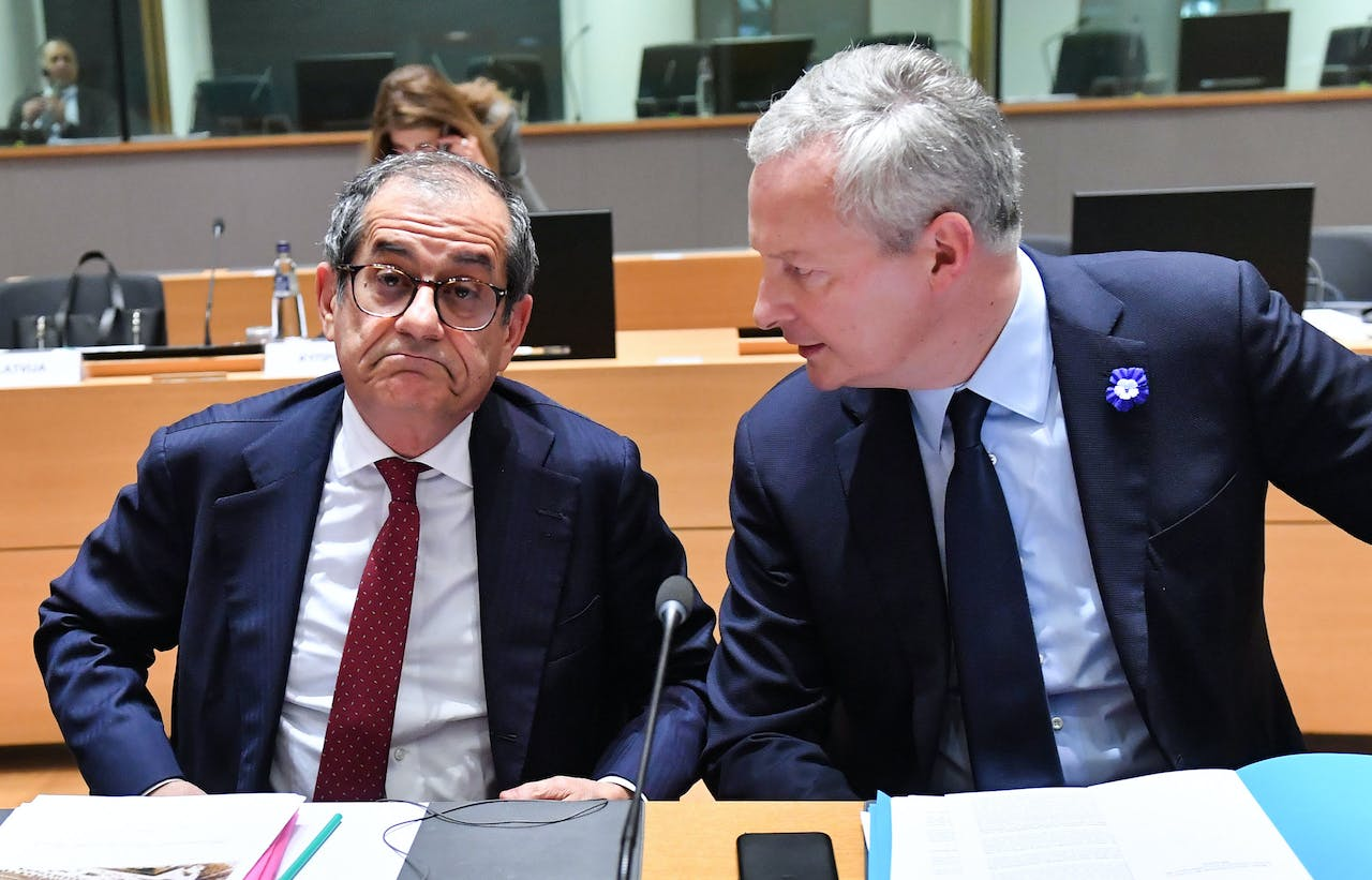 Italy's Finance Minister Giovanni Tria (L) reacts as he listens to France's Finance Minister Bruno Le Maire (R) while they attend a Eurogroup Finance ministers meeting, in Brussels, on November 5, 2018. (Photo by Emmanuel DUNAND / AFP)