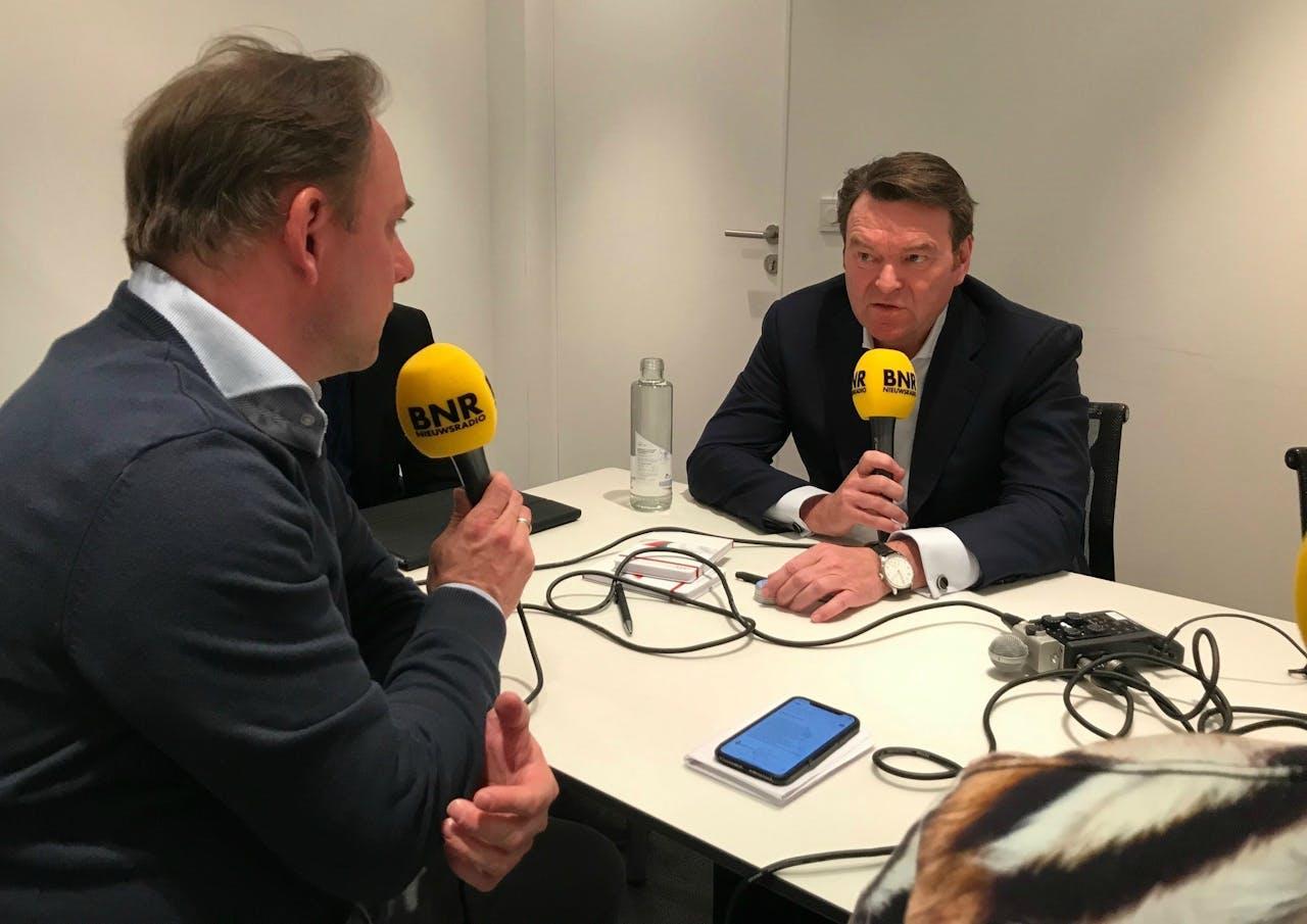Meindert Schut en Wouter Karssen in gesprek met Audi-baas Bram Schot op de Autosalon van Genève