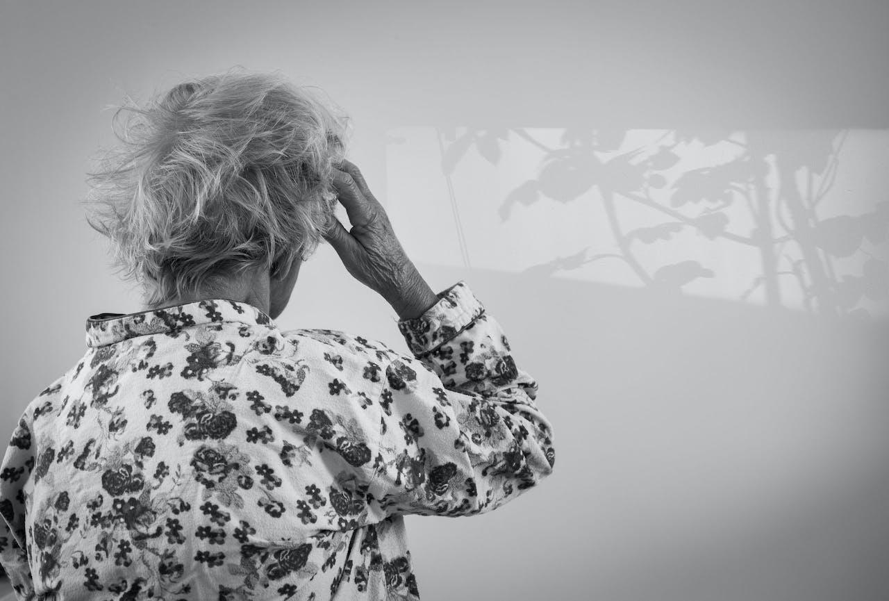ILLUSTRATIE - Een oudere dame in pyjama staart naar een schaduw op de muur. In ongeveer een derde van de gevallen is dementie te voorkomen door een gezonde levenstijl, concluderen onderzoekers van het Erasmus MC. ANP XTRA ROOS KOOLE