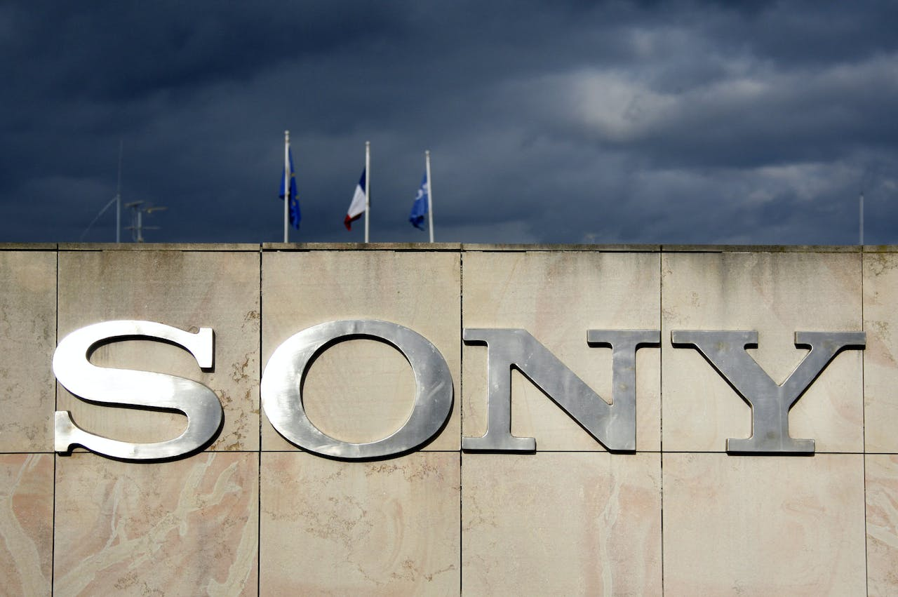 A picture taken 17 January 2008 shows the logo at the entrance of Swedish-Japanese mobile handset maker Sony Ericsson's factory in Ribeauville, eastern France. Trade unions are due to meet local Sony management after its announcement of 290 cut out of 600 jobs in this site. Sony headquarters announced yesterday a rise in its full-year 2007 net income amid soaring sales, despite tumbling profits in the fourth quarter. AFP PHOTO OLIVIER MORIN (Photo by OLIVIER MORIN / AFP)