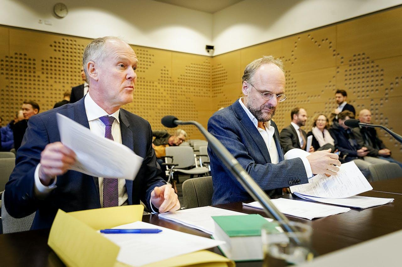 Niesco Dubbelboer (R) van belangengroep Meer Democratie en advocaat Jan van der Grinten (L) voorafgaand aan een eerdere rechtszaak over het afschaffing van het raadgevend referendum.