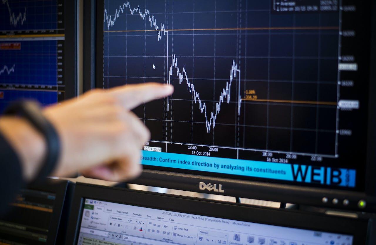 Een handelaar volgt de beurskoersen op de voet.