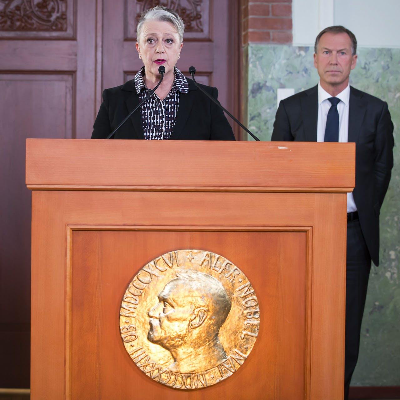 Voorzitter Berit Reiss-Andersen (L) en secretaris Olav Njoelstad van het Noorse Nobel Comité maken de winnaar van de Nobelprijs voor de Vrede bekend.