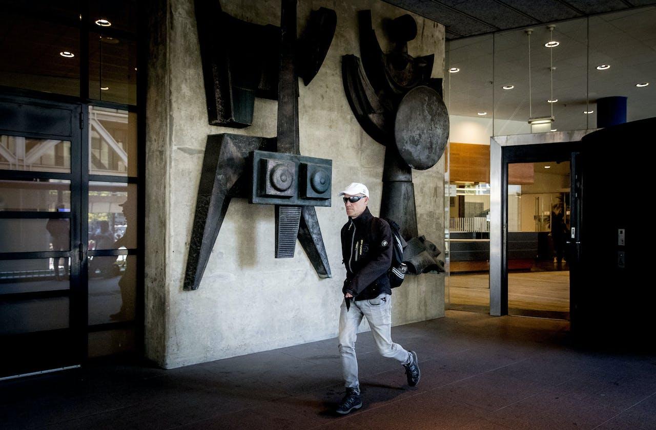 Volkert van der G. verlaat de rechtbank na afloop van het kort geding.