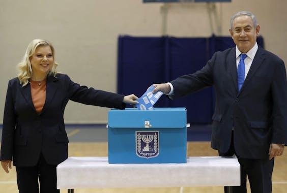 Premier Benjamin Netanyahu en zijn vrouw Sara Netanyahu brengen hun stem uit