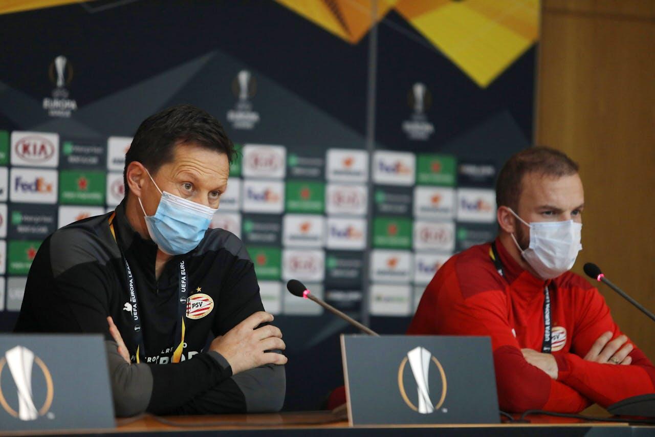 PSV-trainer Roger Schmidt met Jorrit Hendrix, die positief is getest op het coronavirus.