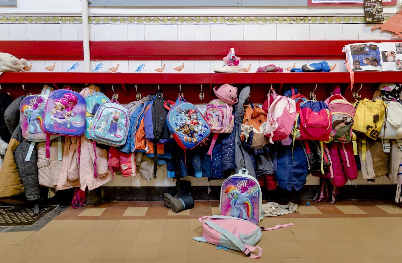 2018-03-08 13:02:47 DEN HAAG - Gang met tassen en jassen aan een kapstok op een basisschool. ANP XTRA ROBIN VAN LONKHUIJSEN