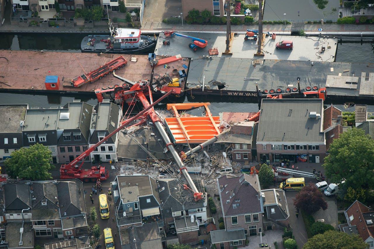 Luchtfoto van de plek aan de Hooftstraat waar twee bouwkranen met een brugdek op een aantal woningen vielen in Alphen aan den Rijn in augustus 2015.