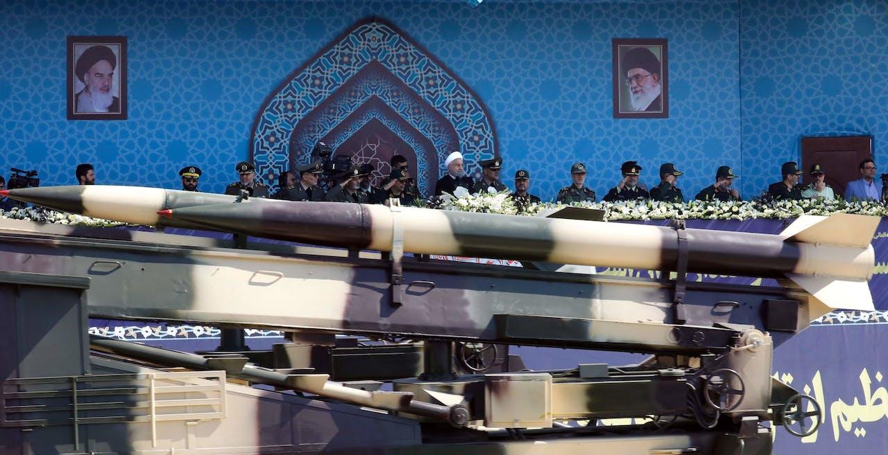 Een Iraanse ballistische raket komt voorbij op de jaarlijkse militaire parade.