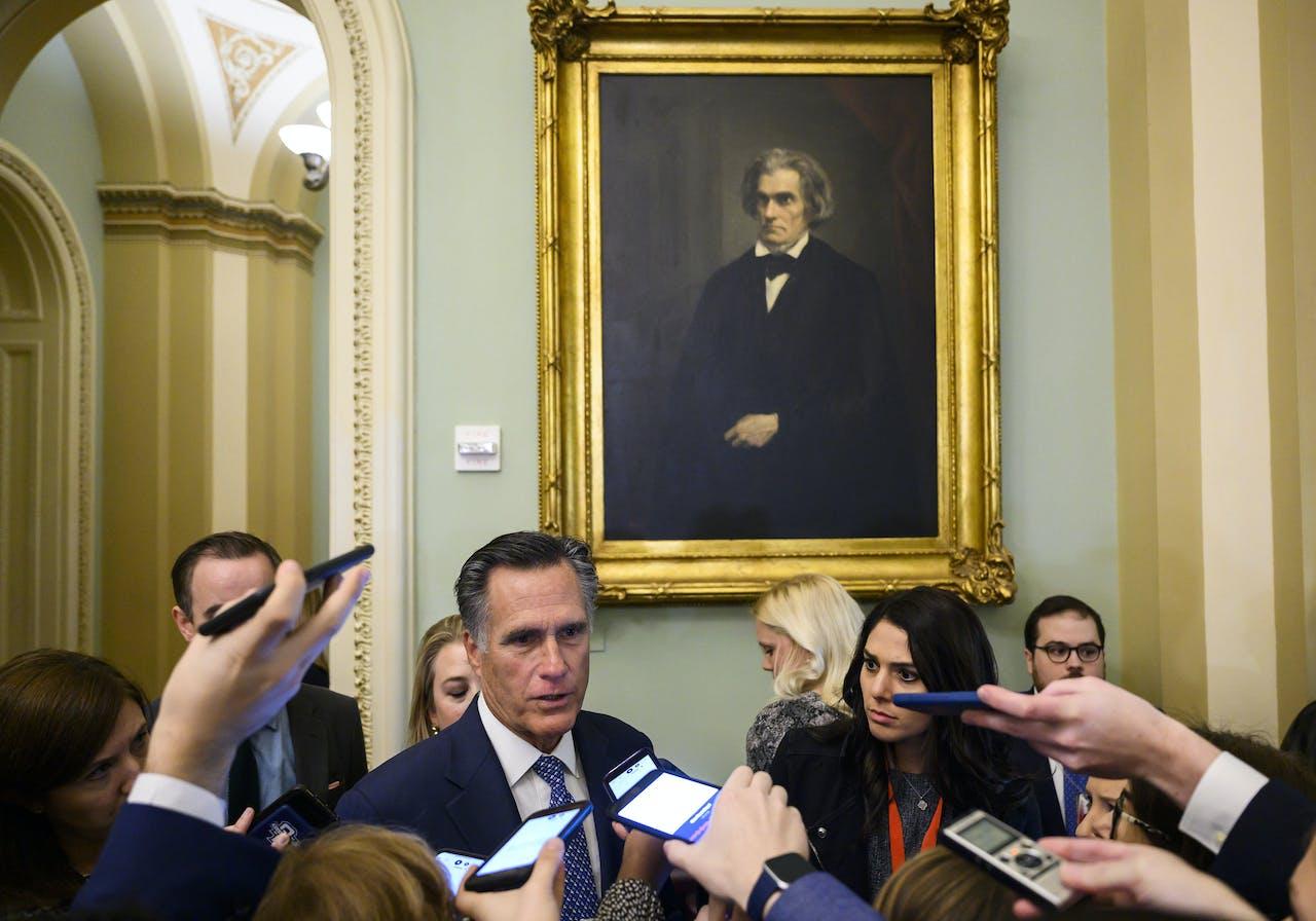 Senator Mitt Romney voor het begin van een impeachment-zitting. Hij zou uiteindelijk als enige Republikein vóór afzetting van president Trump stemmen.