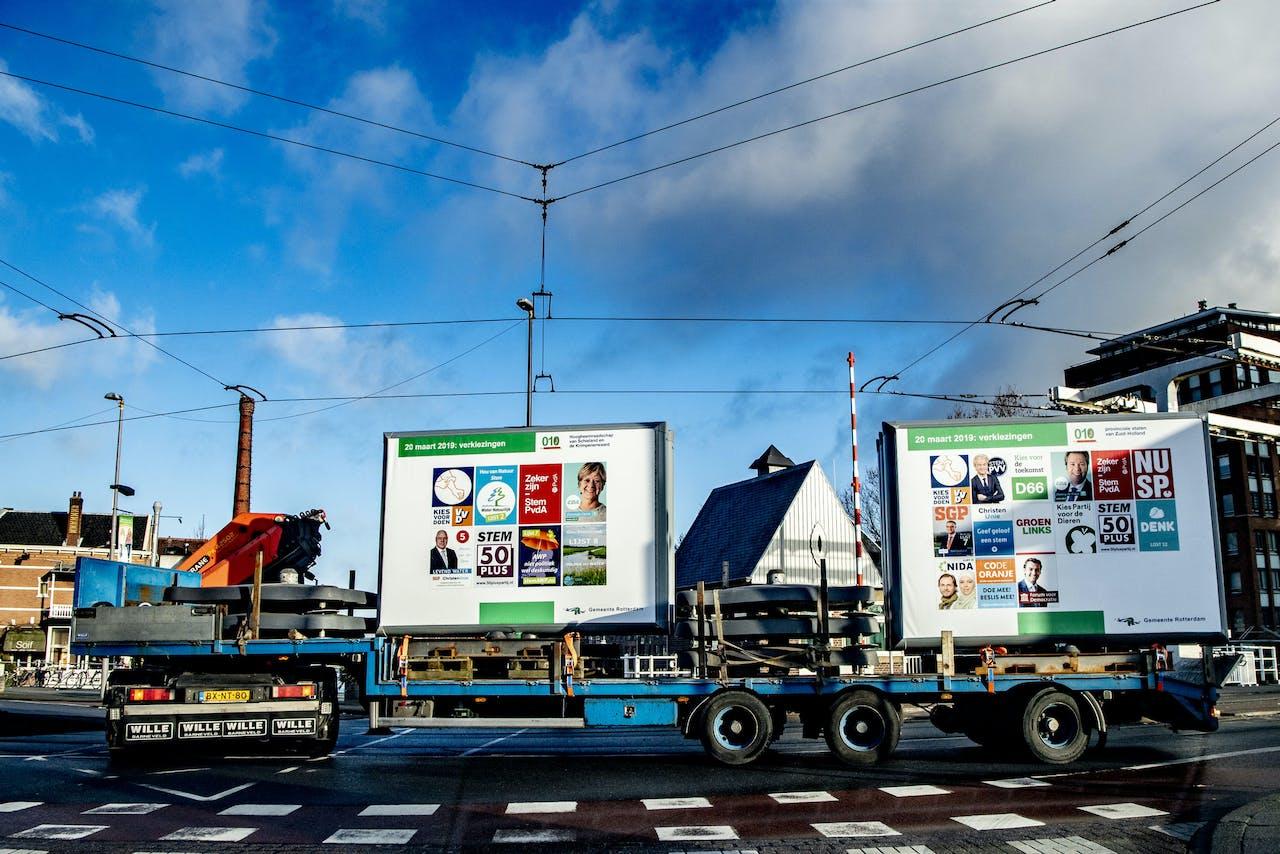 ROTTERDAM - Verkiezingsborden worden geplaatt in rotterdam voor de gemeenteraad verkiezingen provinciale verkiezingen 20 maart verkiezingsbord borden pvv geert wilders poster ROBIN UTRECHT