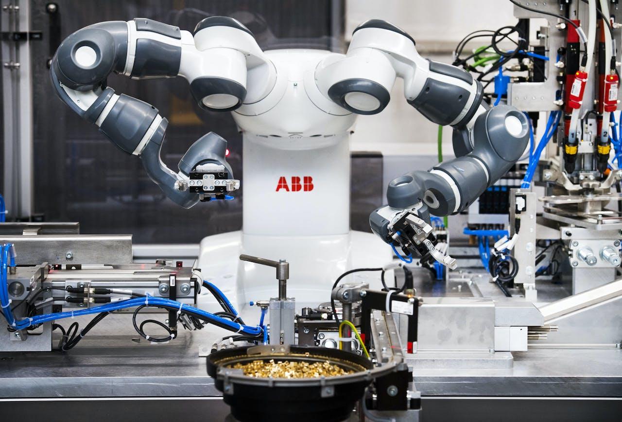 2017-06-08 09:19:15 EDE - Yumi robot aan het werk tijdens het begin van de eerste samenwerking tussen drie co-robots. ANP PIROSCHKA VAN DE WOUW
