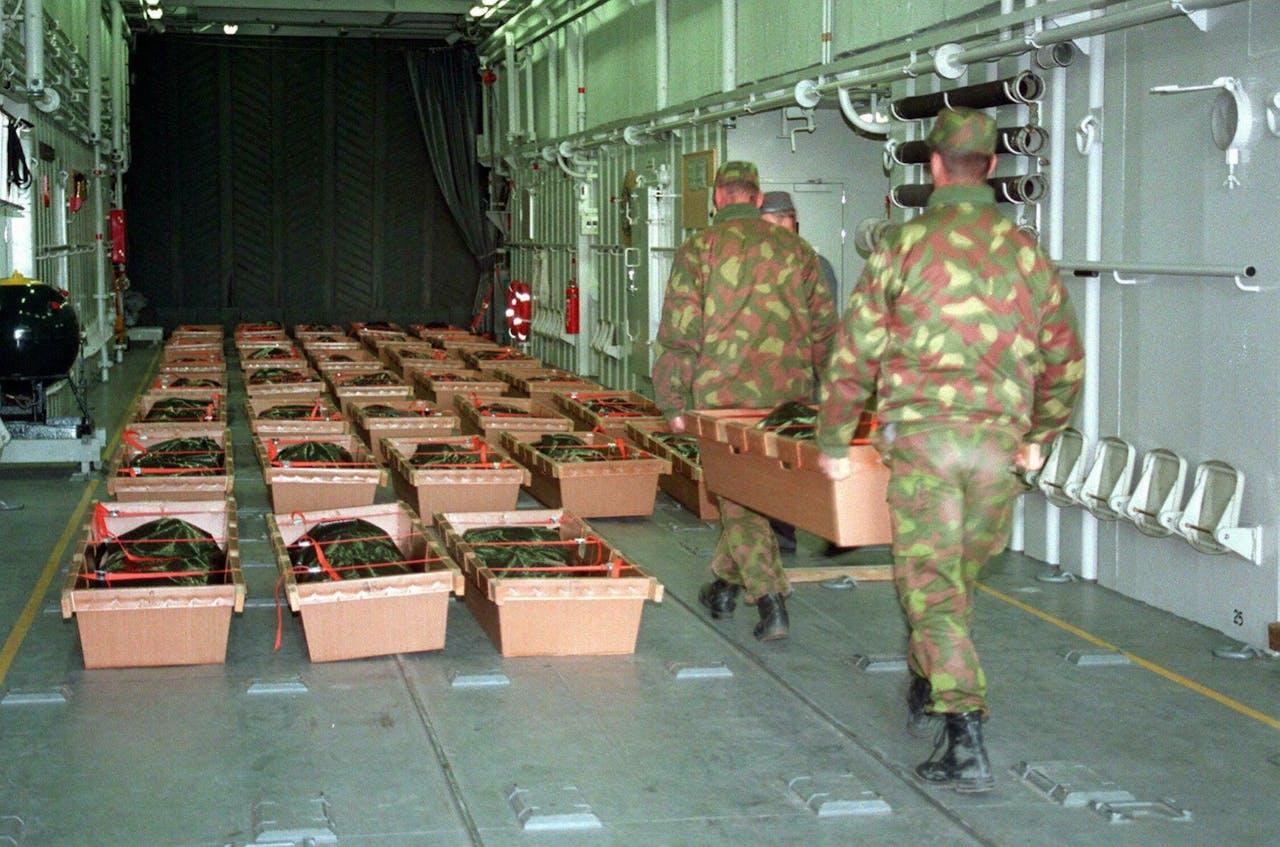 Finse soldaten bergen slachtoffers van de scheepsramp met de MS Estonia in 1994.