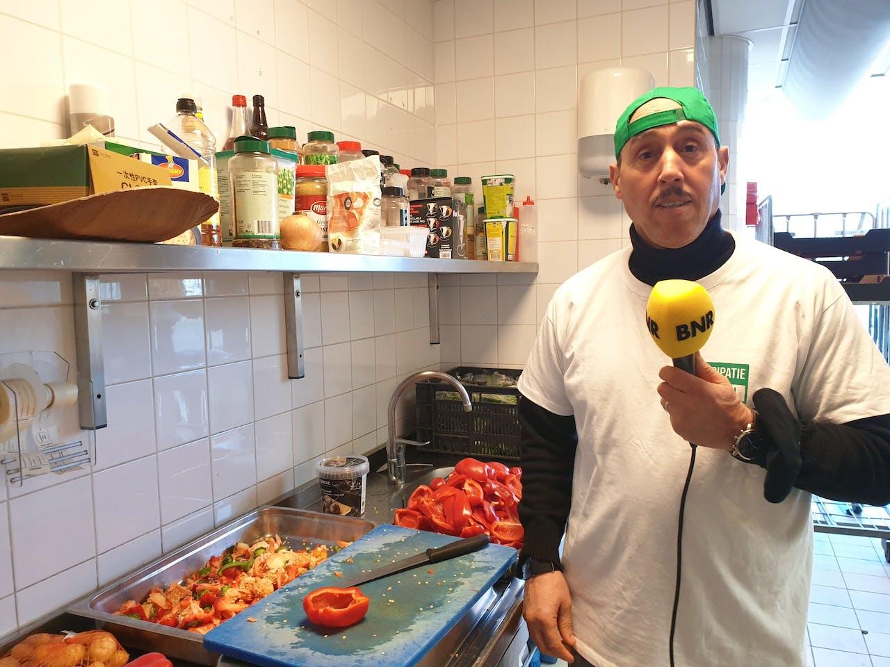 Ben Lachhab kookt in één van de keukens in het ADO-stadion.