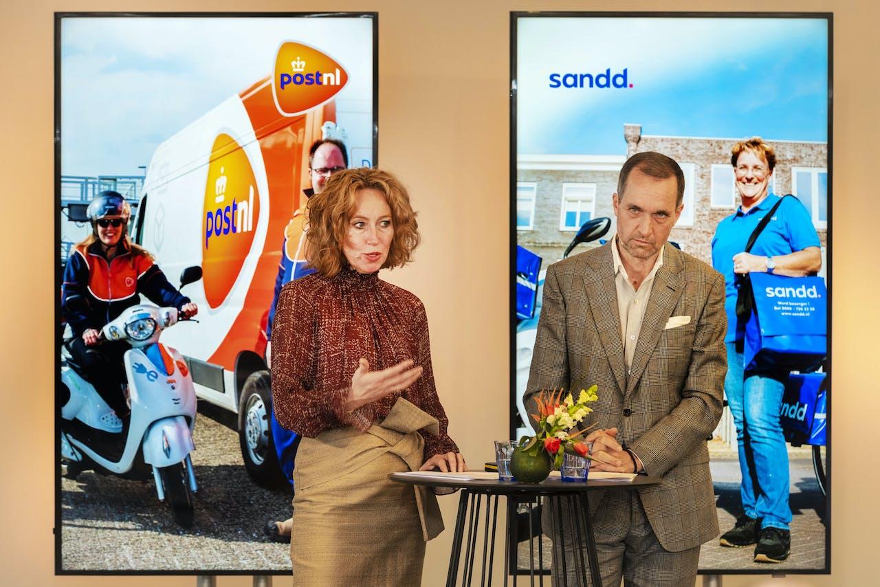 Herna Verhagen, CEO van PostNL en Ronald van de Laar, directeur van Sandd Holding geven een toelichting op de voorgenomen samenvoeging van de postnetwerken van PostNL en Sandd.