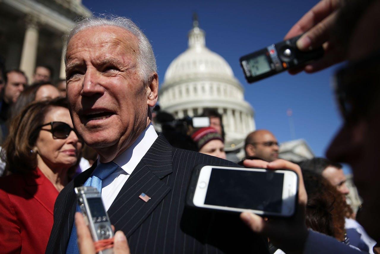 Joe Biden bij het Huis van Afgevaardigden, met op de achtergrond aan de linkerkant Nancy Pelosi, de Democratische voorzitter van het Huis.