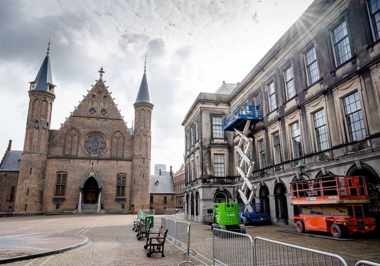 Werklieden plegen onderhoud aan het Binnenhof tijdens het zomerreces.