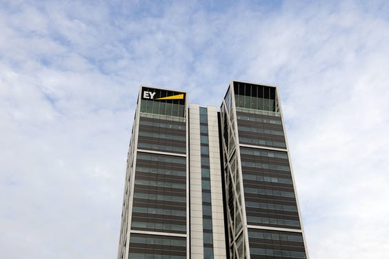 Exterieur van accountantskantoor EY.