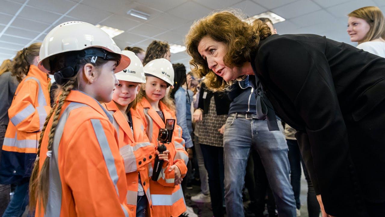 Minister Ingrid van Engelshoven (Onderwijs, Cultuur en Wetenschap) verricht de opening van Girlsday 2018 met 75 meisjes op een bouwplaats van bouwbedrijf BAM. Girlsday is bedoeld om meisjes kennis te laten maken met technologie, en ze te laten weten dat ze welkom zijn in deze branche.