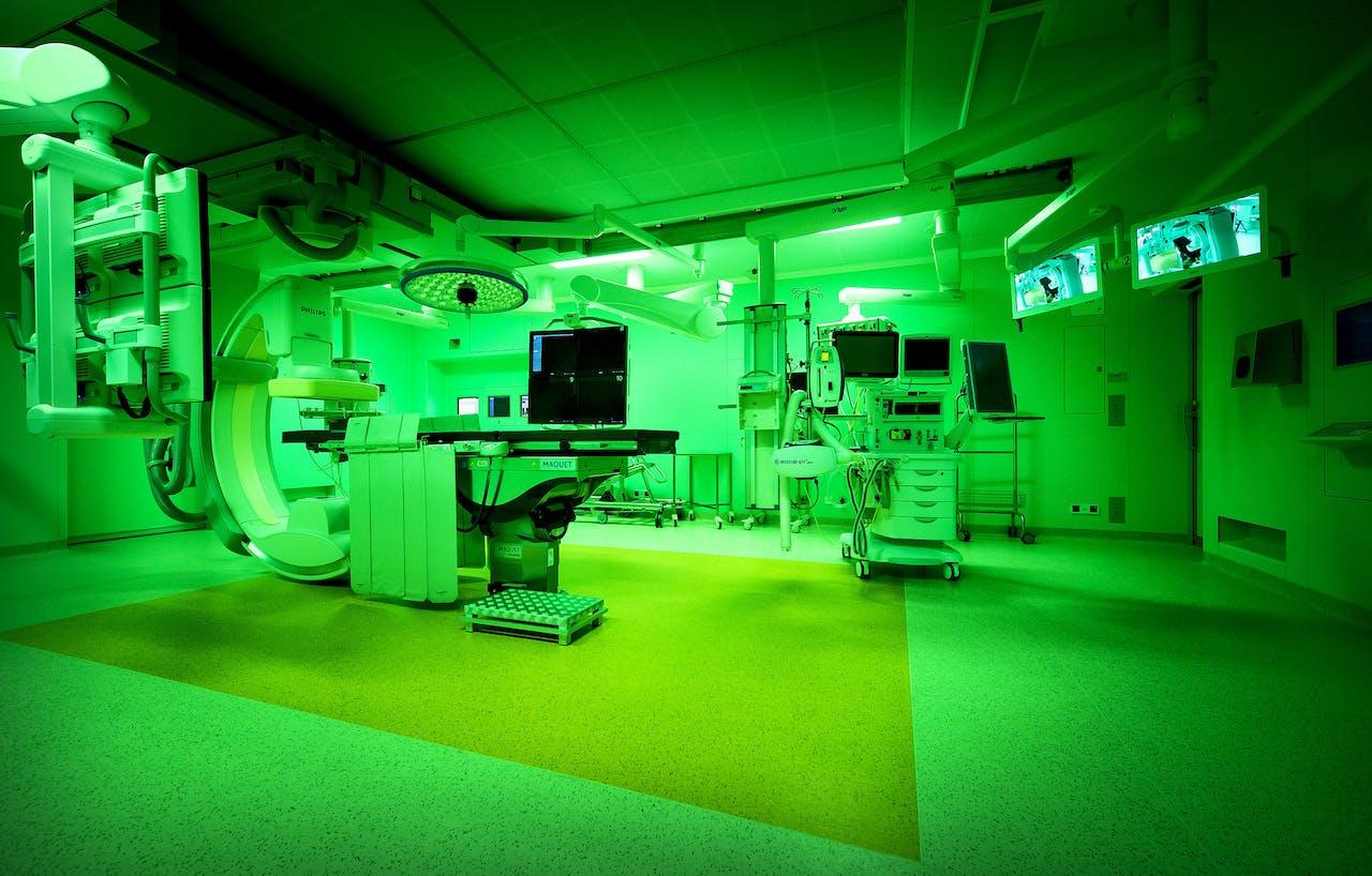 2015-06-15 15:05:59 AMSTERDAM - Operatiekamer in het operatiecentrum van het Academisch Medisch Centrum (AMC). Na 30 jaar intensief gebruik is het operatiecentrum met in totaal 20 operatiekamers, waaronder 2 hybride operatiekamers, in zeven jaar tijd volledig vernieuwd. ANP KOEN VAN WEEL